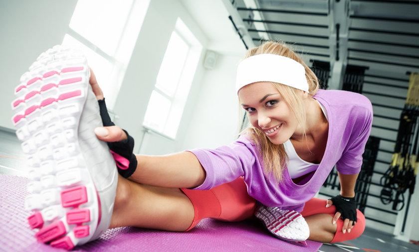 kobieta rozciąga się podczas treningu