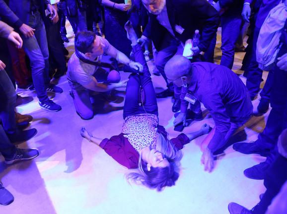 Ivana Mijatović, koja je bila zaposlena u pravnoj sluzbi Centrale DS, pala je u nesvest tokom meteža oko bine
