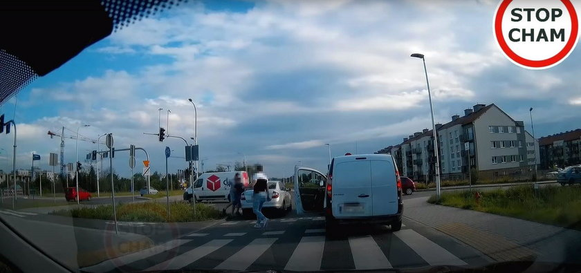 Taksówkarz pobił się z pieszym. Policjanci nie zareagowali