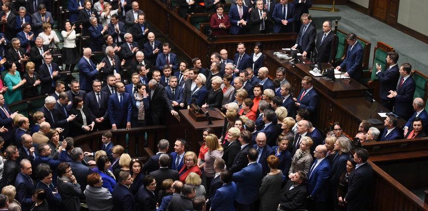 Prokuratura chwali PiS za jatkę w Sejmie
