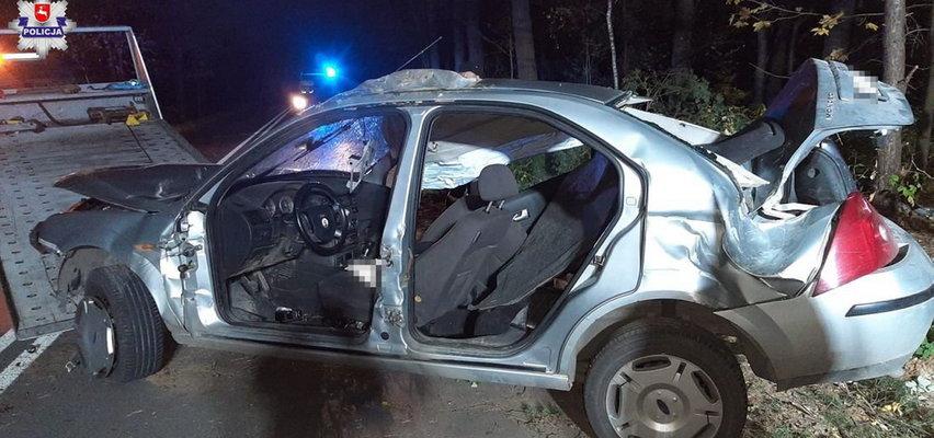 18-latek wjechał w drzewo, samochód dachował. Wszyscy trafili do szpitala