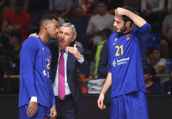 Svetislav Pešić u razgovoru sa košarkašima Barselone