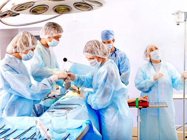 Pobrania komórek, tkanek lub narządów w celu ich przeszczepienia dokonuje się ze zwłok ludzkich i od żywych dawców.