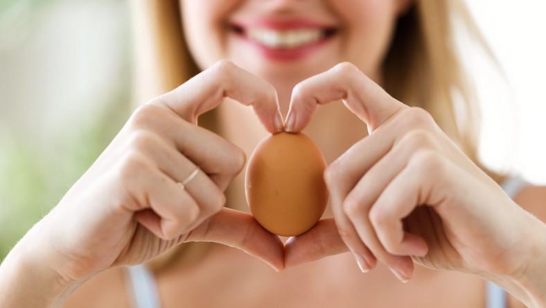 Kobieta trzyma jajko