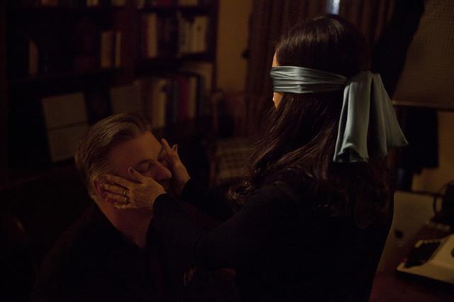 """Scena iz filma """"Zaslepljeni"""" u kom Alek Boldvin tumači lik slepog pisca"""