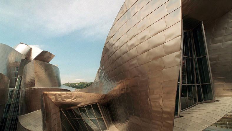 Hiszpańskie muzeum Guggenheima zbudowano jedynie z blachy tytanowej i szkła. Sam jego projekt powstał przy użyciu programu komputerowego CATIA, szeroko wykorzystywanego w branży lotniczej m.in. do projektowania samolotów. Obiekt ma powierzchnię około 24 tys. mkw.
