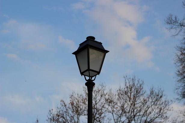 Według zmodyfikowanego projektu ustawy (przygotowanego przez zespół ekspertów w parlamencie) spółki energetyczne będą miały 36 miesięcy od dnia wejścia w życie nowych przepisów na przekazanie gminom punktów świetlnych