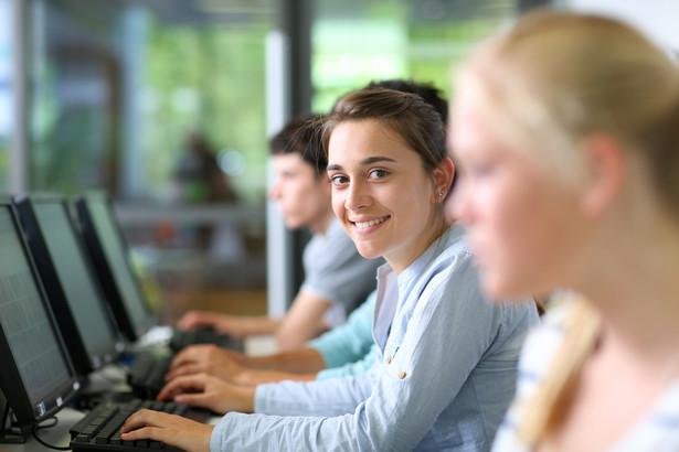 W przypadku szkoleń bhp nie ma przepisów regulujących kwestię języka, w jakim powinny być one prowadzone.