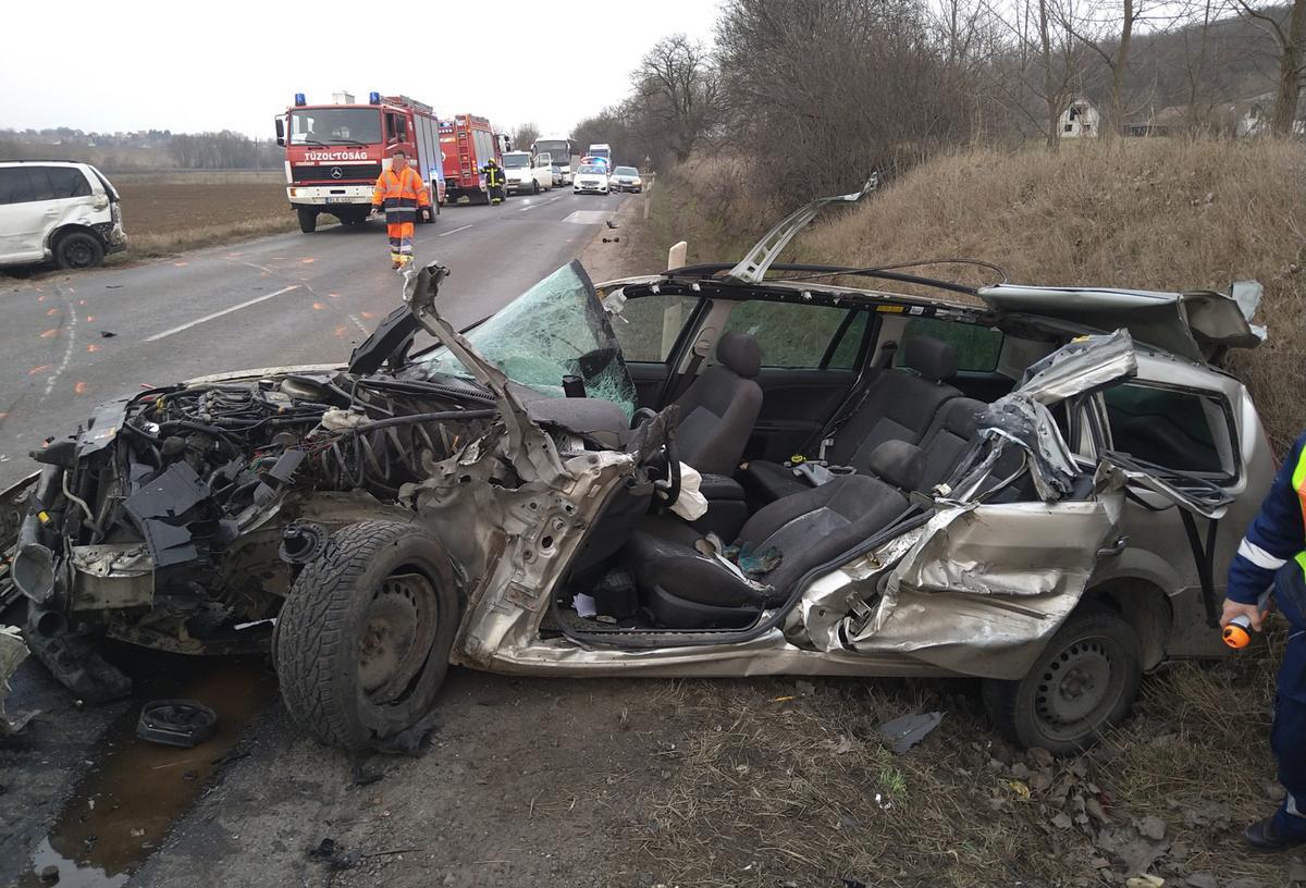 Horrorbaleset Pest megyében: 29 éves áldozat az autóban, amit egy kamion megsemmisített - Megrázó fotók érkeztek