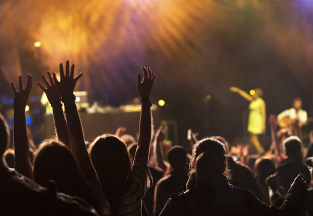 """Ponadto policja wskazuje, że """"mimo profesjonalizmu, doświadczenia i wysokiej oceny Policji w zabezpieczaniu tego festiwalu dostrzegamy wiele zagrożeń, które wynikają z charakteru imprezy. Teren, na którym festiwal się odbywa, jest wyjątkowo trudny do zabezpieczenia""""."""