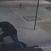 ŠOK SNIMAK IZ ŽELEZNIKA Sa maskama na licu i pajserom u rukama šetali kroz centar naselja, pa pokušali da opljačkaju prodavnicu kraj POLICIJSKE STANICE (VIDEO)