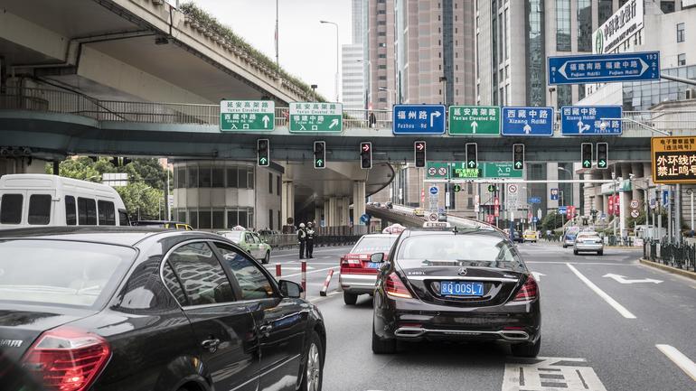 Automatyka ma rozpoznawać ograniczenia prędkości dla wybranych pasów ruchu. Mercedes klasy S