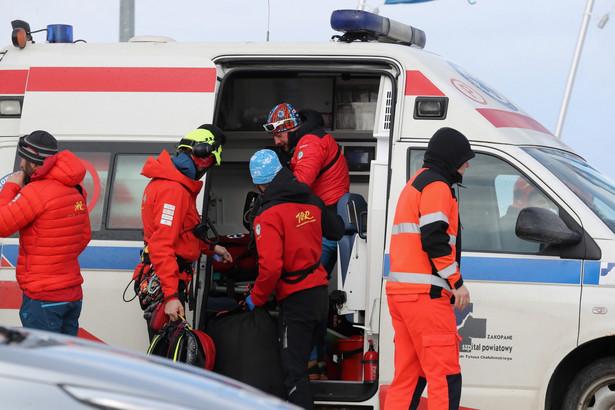 Na Rusińskim Wierchu w Bukowinie Tatrzańskiej zerwany przez silny wiatr dach przygniótł cztery osoby w tym dziecko. Nie żyje 40-letnia kobieta i jej córka – poinformowała PAP rzeczniczka zakopiańskiej policji Agnieszka Szopińska.