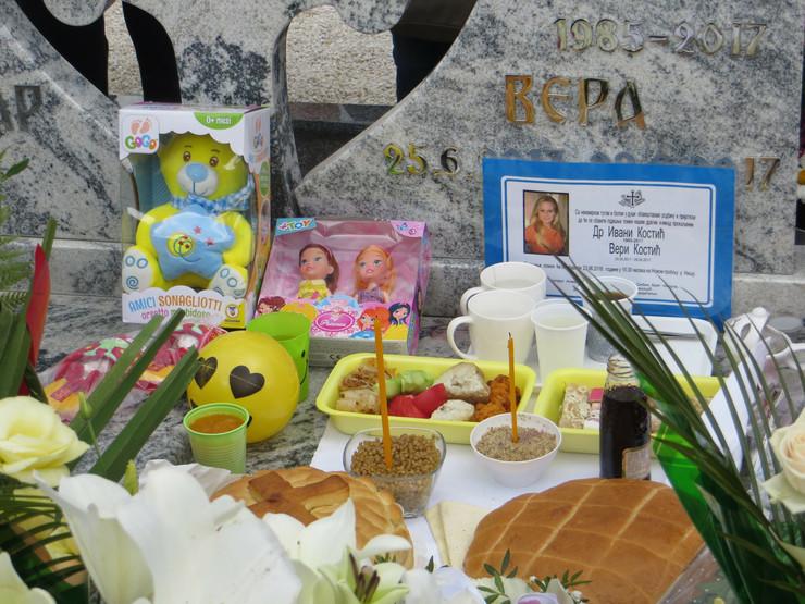 NIS04 igracke na grobu majke i bebe foto Branko Janackovic
