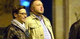 Marek Mostowiak spaceruje z kolegą pod rękę!