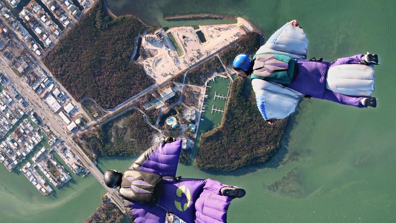 Skydiving w kombinezonie wingsuit
