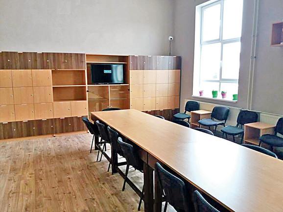 Nastavno osoblje samo je napravilo nameštaj za oko 15 učionica