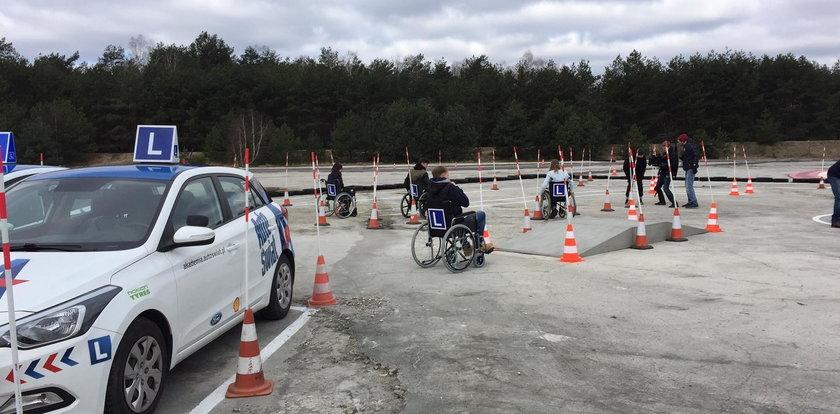Po placu manewrowym jeździli... wózkami inwalidzkimi