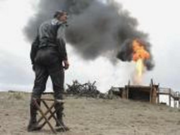 """3. Aż poleje się krew (There Will Be Blood; Paul Thomas Anderson, 2007) Historia o rodzinie, chciwości, religii i ropie naftowej. Tym razem twórca takich przebojów jak """"Boogie Nights"""" oraz """"Magnolia"""" opowie o dziejących się na przełomie wieków początkach biznesu naftowego w Teksasie. Kalifornia, schyłek XIX wieku. Poszukiwacz srebra Daniel Plainview ponosi kolejną klęskę. Po kilku latach Daniel wraz ze swym synem, H.W., trafia do miasta Little Boston, ogarniętego gorączką nafty. Rządy sprawuje tu charyzmatyczny kaznodzieja Eli Sunday. Plainview trafia na bogate źródło ropy i bezwzględnymi metodami zaczyna budować swe naftowe imperium. [opis dystrybutora]"""