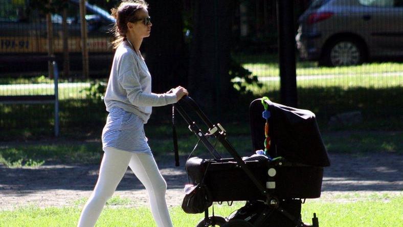 Anna Przybylska na spacerze z synkiem