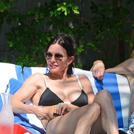 Courteney Cox kusi ciałem na wakacjach. Jak prezentuje się w bikini?