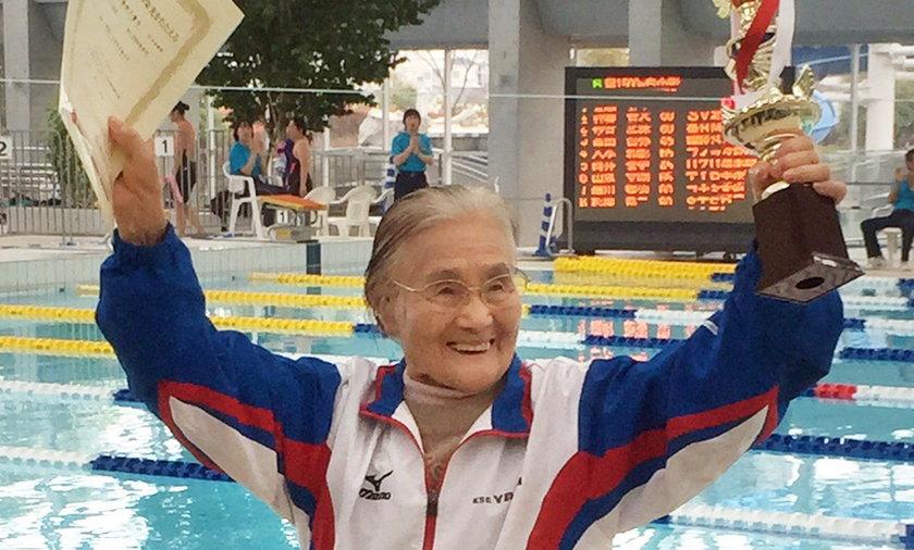 Rekord Guinessa 100-letniej Mieko Nagaoki, przepłynęła 1500m. WIDEO