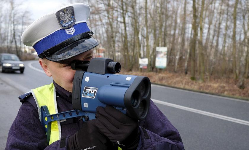 Policjanci rozpoczęli kontrole, czy kierowcy przestrzegają zmian w przepisach zakazujących tzw. jazdy na zderzaku.