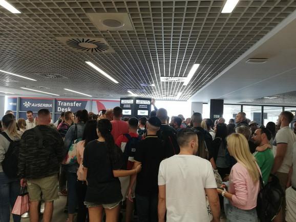 Putnici su na aerodrom došli još oko četiri sata ujutru