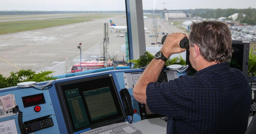 W przyszłości znaczną cżęść zadań kontrolerów ruchu lotniczego mogą przejąć komputery. Na zdjęciu: kontroler na wieży lotniska w Katowicach-Pyrzowicach