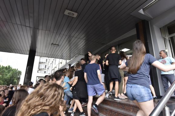 Mali maturanti su pokušali da uđu u zgradu Ministarstva prosvete