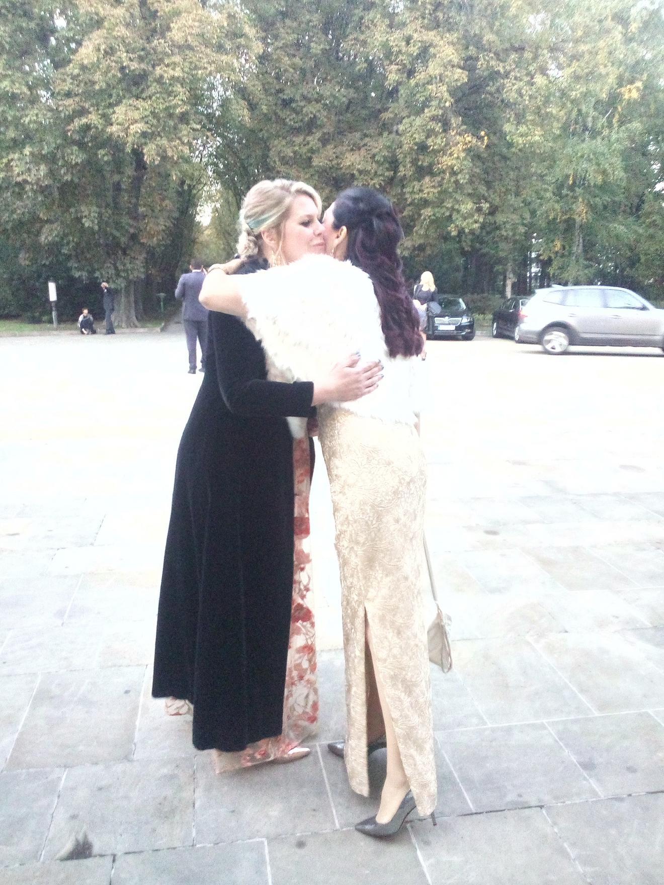 Operska pevačica Jadranka Jovanović u zagrljaju sa prijateljicom