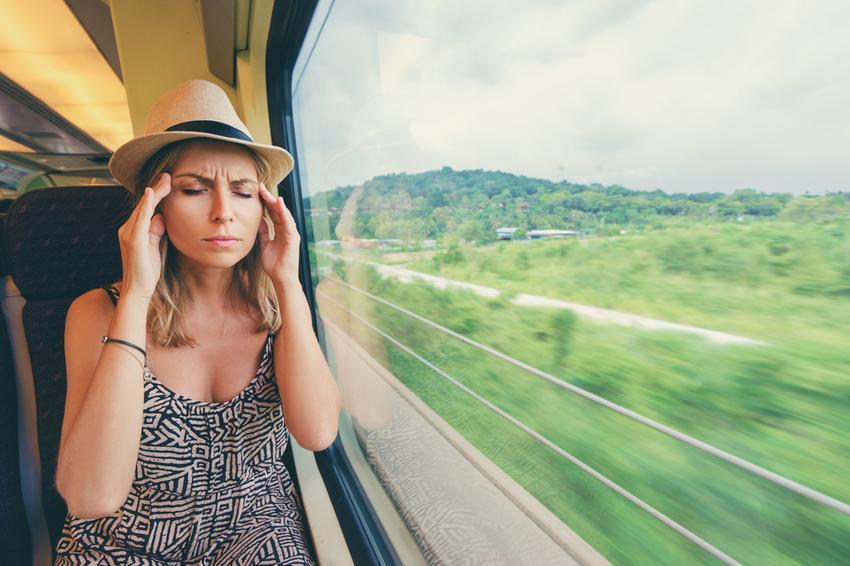 fejfájás, utazási betegség, hányás
