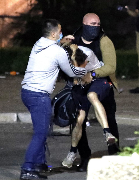 Policajci savladavaju još jednog demonstranta