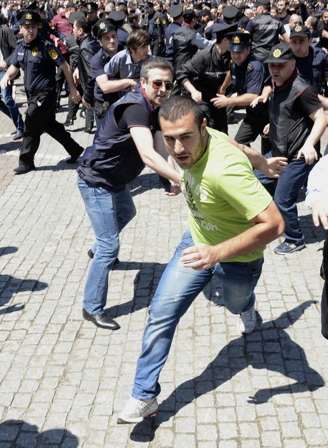 Protivnik prajda beži od policije  Demonstracije predvode gruzinski sveštenici