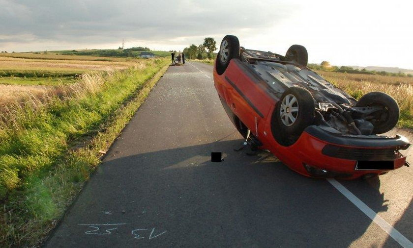 Wypadek w Pruchniku. Po zderzniu z furmanką, seat dachował