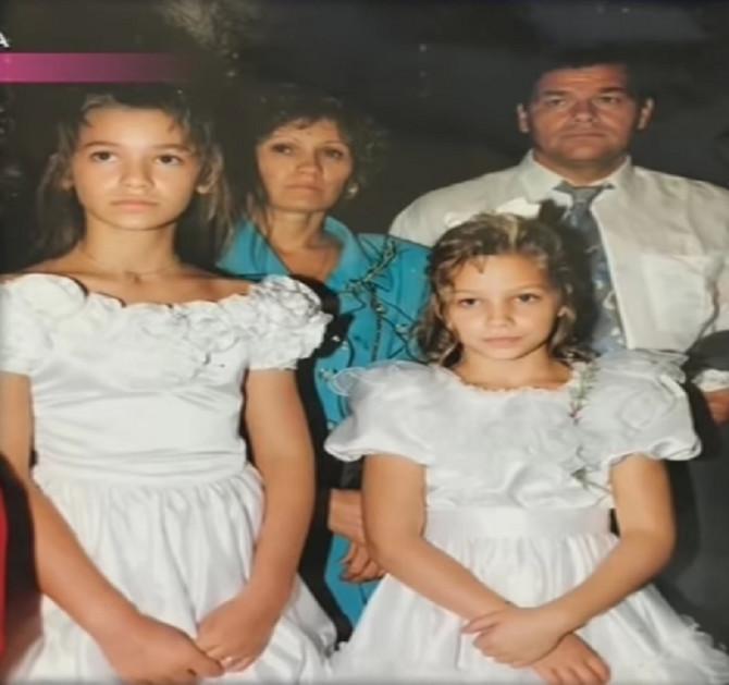 Sa roditeljima i sestrom Kristinom