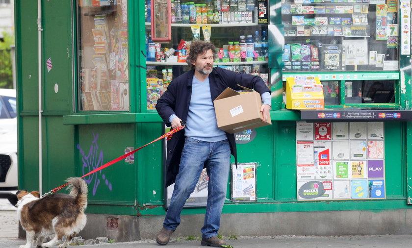 Jacek Braciak załatwia sprawy na mieście bez maseczki