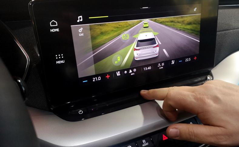 Poniżej ekranu jest dotykowa listwa – przesuwając po niej palcem będzie można np. zmieniać powiększenie mapy bez dotykania samego wyświetlacza