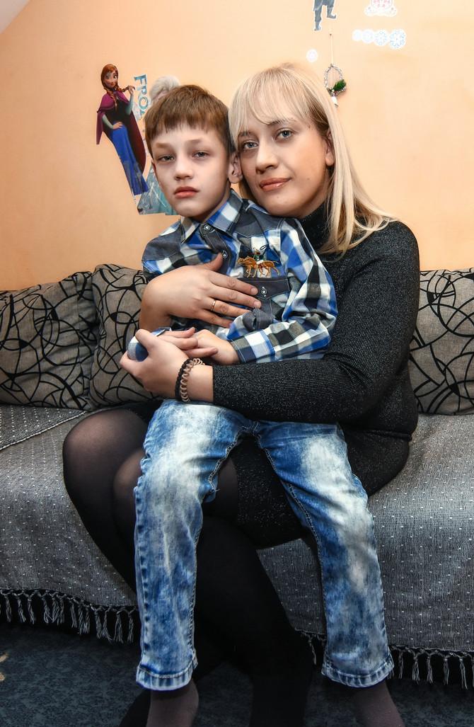 Ivana sa sinom Nikolom: Raduje me svaki Nikolin napredak. I onaj najmanji, nekome neprimetan, nama je veliki kao kuća. Drži me vera u njegovo bolje sutra, da bude što samostalniji, sposobniji za život. Da mogu da ga naučim osnovnim životnim stvarima