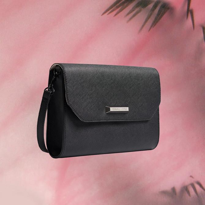 Ova mala crna torbica iz nove Kendall + Kylie kolekcije je idealna za sve prilike