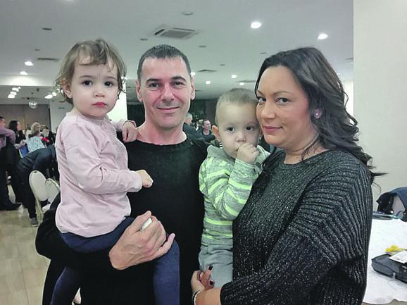 Porodica Knežević sa svojim blizancima