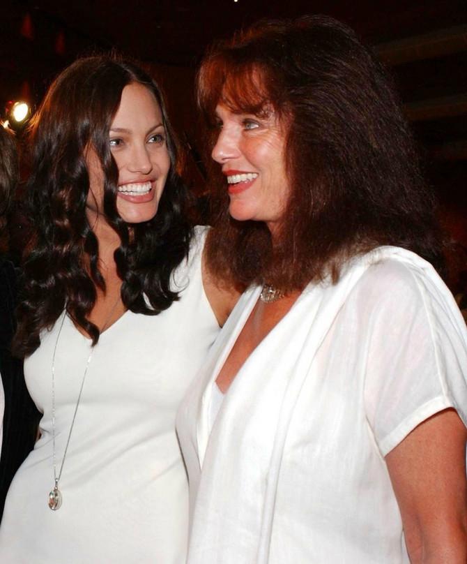 Anđelina Džoli sa majkom
