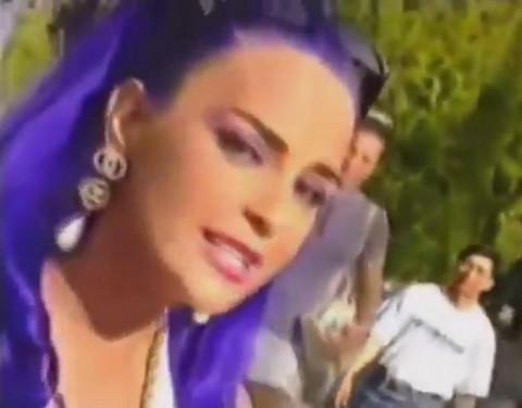 Devedesetih je bila prepoznatljiva po ljubičastoj boji kose! Pogledajte kako sada izgleda i gde živi!