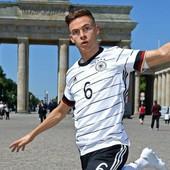 ZABORAVITE RONALDA I SVE DRUGE Reprezentativac Nemačke dobio figuru, izgleda potpuno realno i ljudi misle da je skrivena kamera /FOTO/