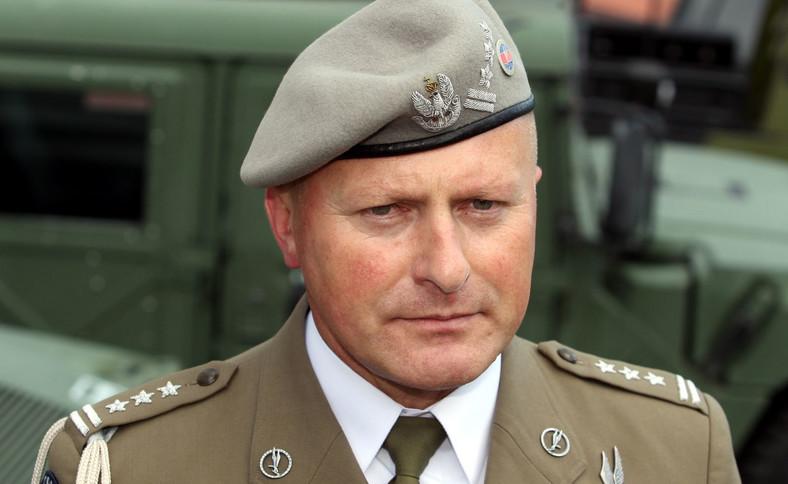 Na zdjęciu archiwalnym z dnia 13.06.2011. ówczesny dowódca jednostki GROM płk. Jerzy Gut