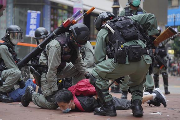 DRAMATIČNO U HONG KONGU: Okršaj policije i demonstranata, letio suzavac, veliki broj uhapšenih