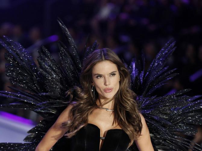 Alesandra u  crnom vešu: Brazilka pokazala kako izgleda seksi zena