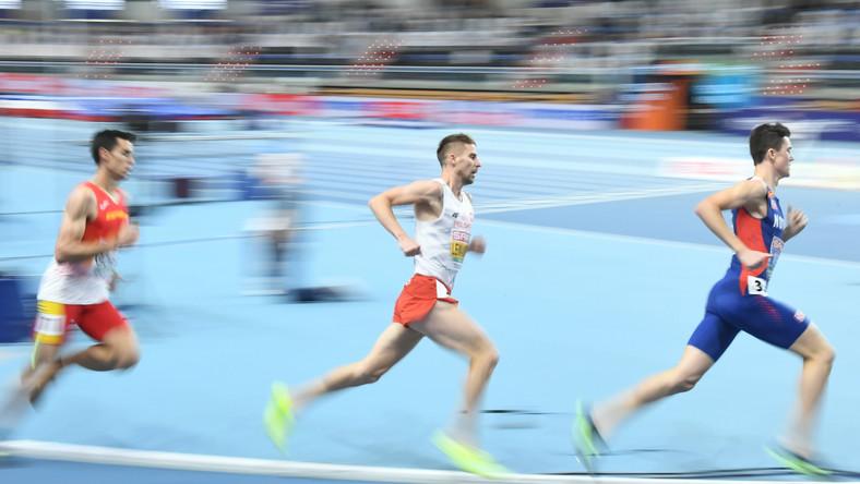 Norweg Jakob Ingebrigtsen (P) i Polak Marcin Lewandowski (C) i Hiszpan Jesus Gomez (L) w finale biegu na 1500m mężczyzn podczas lekkoatletycznych halowych mistrzostw Europy w Toruniu