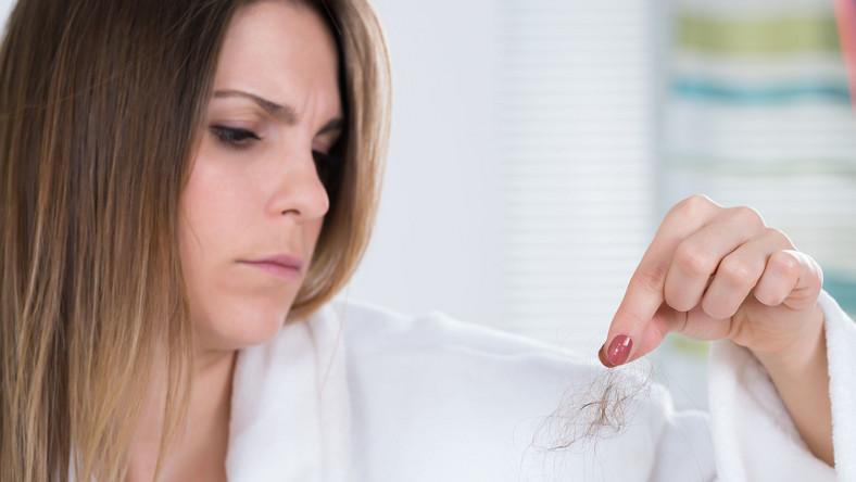 Kobiecie wypadają włosy