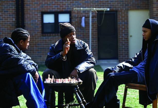 """""""The Wire"""" Narkotyki, broń, wojny gangów, korupcja, morderstwa. Brutalna rzeczywistość portowego Baltimore spędza sen z powiek lokalnej jednostce policji, która przestarzałymi jak na obecne czasy metodami stara się przywrócić ład w kontrolowanych przez młodych gangsterów rejonach. Pamiętajmy jednak, że pierwszy sezon serialu miał premierę w 2002 roku! Agnieszka Holland nie miała łatwego zadania podczas realizacji trzech odcinków """"The Wire"""" (Moral Midgetry – sezon 3, odcinek 8, Corner Boys – sezon 3, odcinek 8, React Quotes - sezon 5, odcinek 5). Twórcy zdecydowali się bowiem zaprosić do ról gangsterów prostych chłopaków z lokalnego getta, którzy jak przyznaje Holland w jednym z wywiadów, nie byli w stanie zapamiętać i odegrać najprostszych kwestii. Jednak dzięki temu zabiegowi serial powala realizmem. Prawdziwy klasyk."""